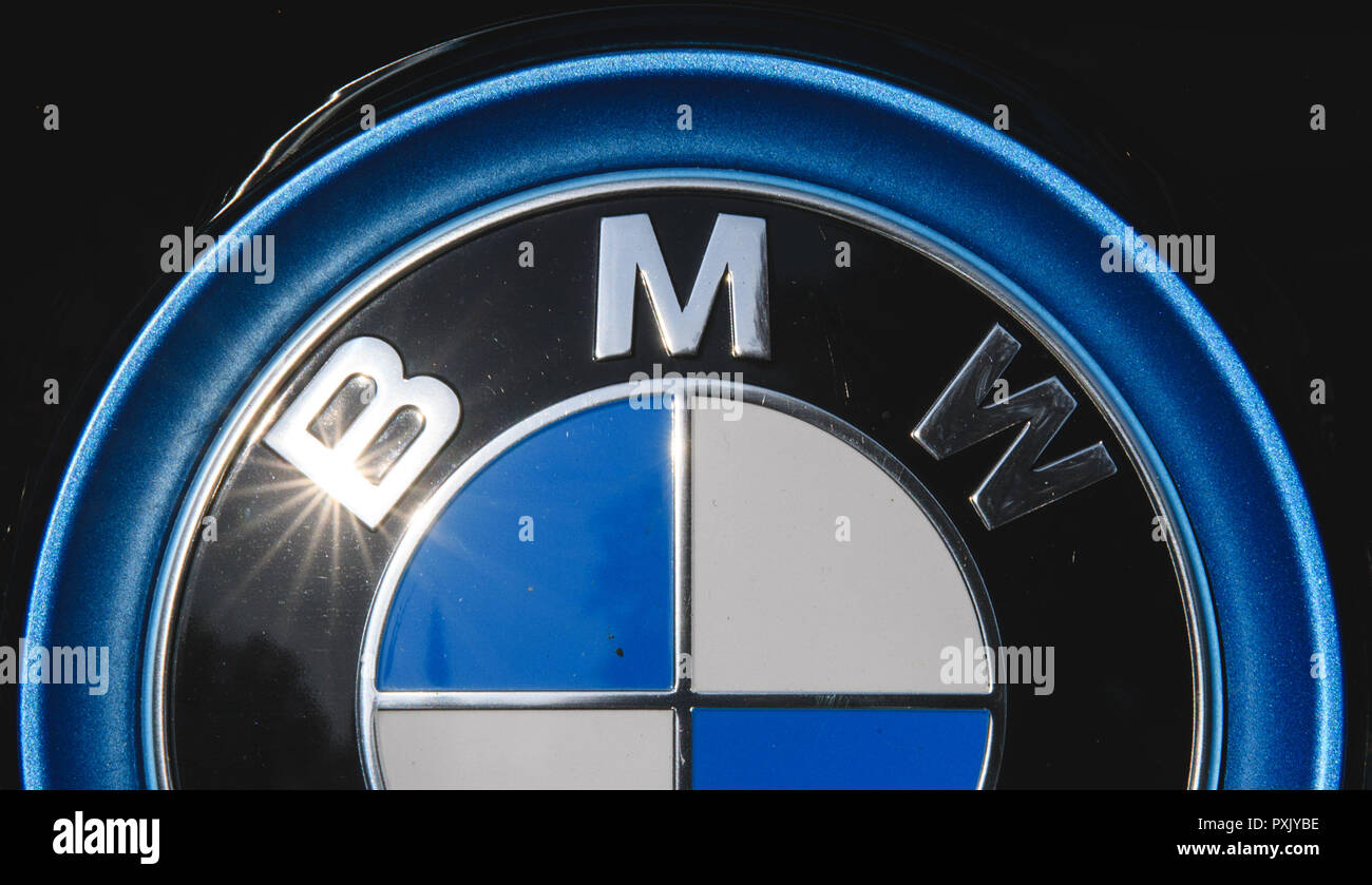 18 October 2018, Baden-Wuerttemberg, Nürtingen: The sun is reflected in a logo of the car manufacturer BMW. Photo: Sebastian Gollnow/dpa - Stock Image
