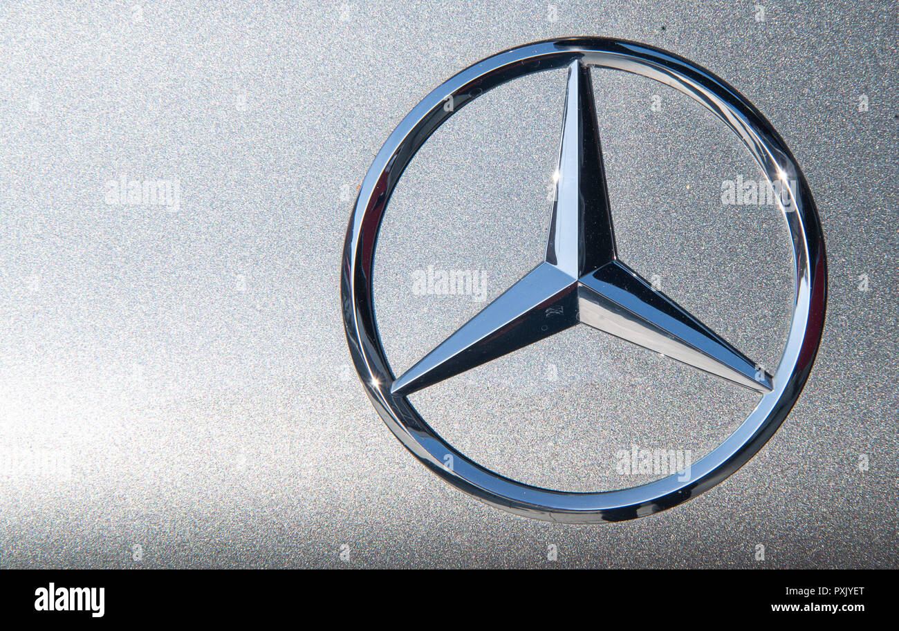 18 October 2018, Baden-Wuerttemberg, Nürtingen: The sun reflects in a Mercedes star Photo: Sebastian Gollnow/dpa - Stock Image