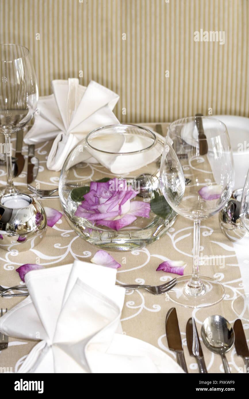 Tisch Gedeckt Festlich Detail Tischdeko Tischdekoration Rose Rosenblaetter Glaeser Weinglas Wasserglas Restaurant Serviette Besteck Mess Stock Photo Alamy