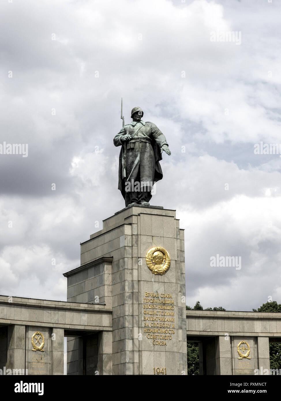 Deutschland, Berlin, Europa, Hauptstadt, Stadt, Sehenswuerdigkeit, Sowjetisches Ehrenmal zum Gedenken der gefallenen Soldaten der Roten Armee, Strasse - Stock Image