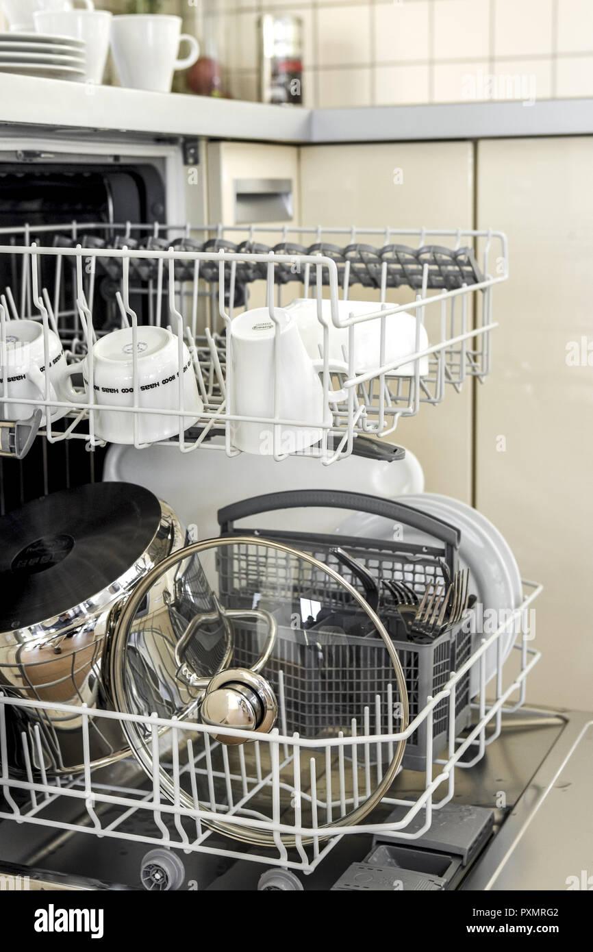 Hausarbeit, Innen, Kueche, Kuechen, Menschenleer, Niemand, Offen, Ordnung, Reinigen, Reinigung, Zu Hause, Zuhause, abwaschen, Geschirr, Geschirrspuele - Stock Image