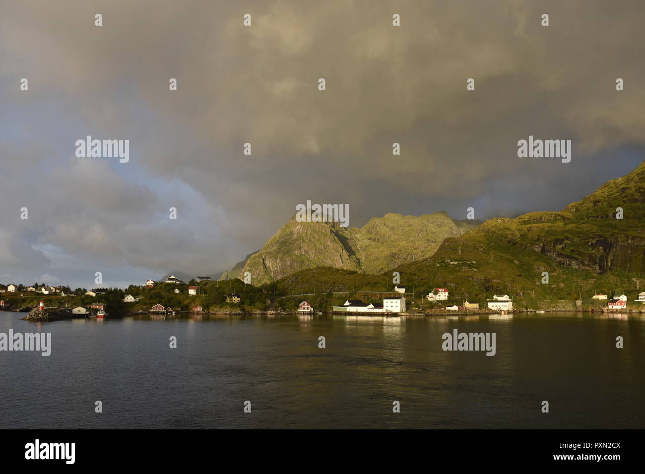 Norwegen, Lofoten, Moskenes, Hafen, Morgenrot, Nordland, Bodø, Moskenesøya, Insel, Mole, Leuchtturm, Leuchtfeuer, Dorf. Küste, Gipfel, Berge - Stock Image