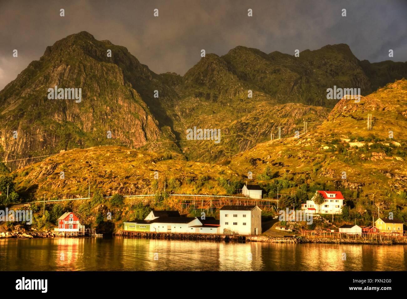 Norwegen, Lofoten, Moskenes, Hafen, Morgenrot, Nordland, Bodø, Moskenesøya, Insel, Mole, Leuchtturm, Leuchtfeuer, Dorf. Küste, Gipfel, Berge Stock Photo