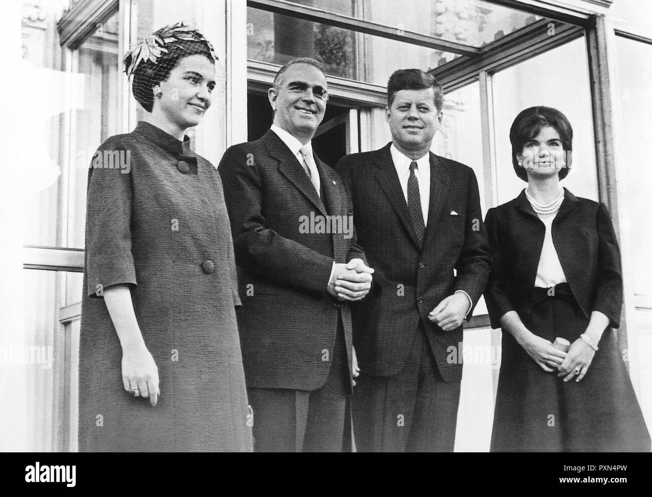 President John F. Kennedy and First Lady Jacqueline Kennedy with Prime Minister of Greece Konstantine Karamanlis and Amalia Karamanlis, entrance of the White House, Washington, D.C. - Stock Image