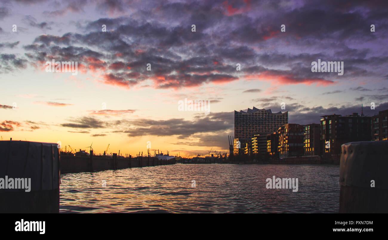 Hafenstadt Hamburg und die Elbphilharmonie - Stock Image
