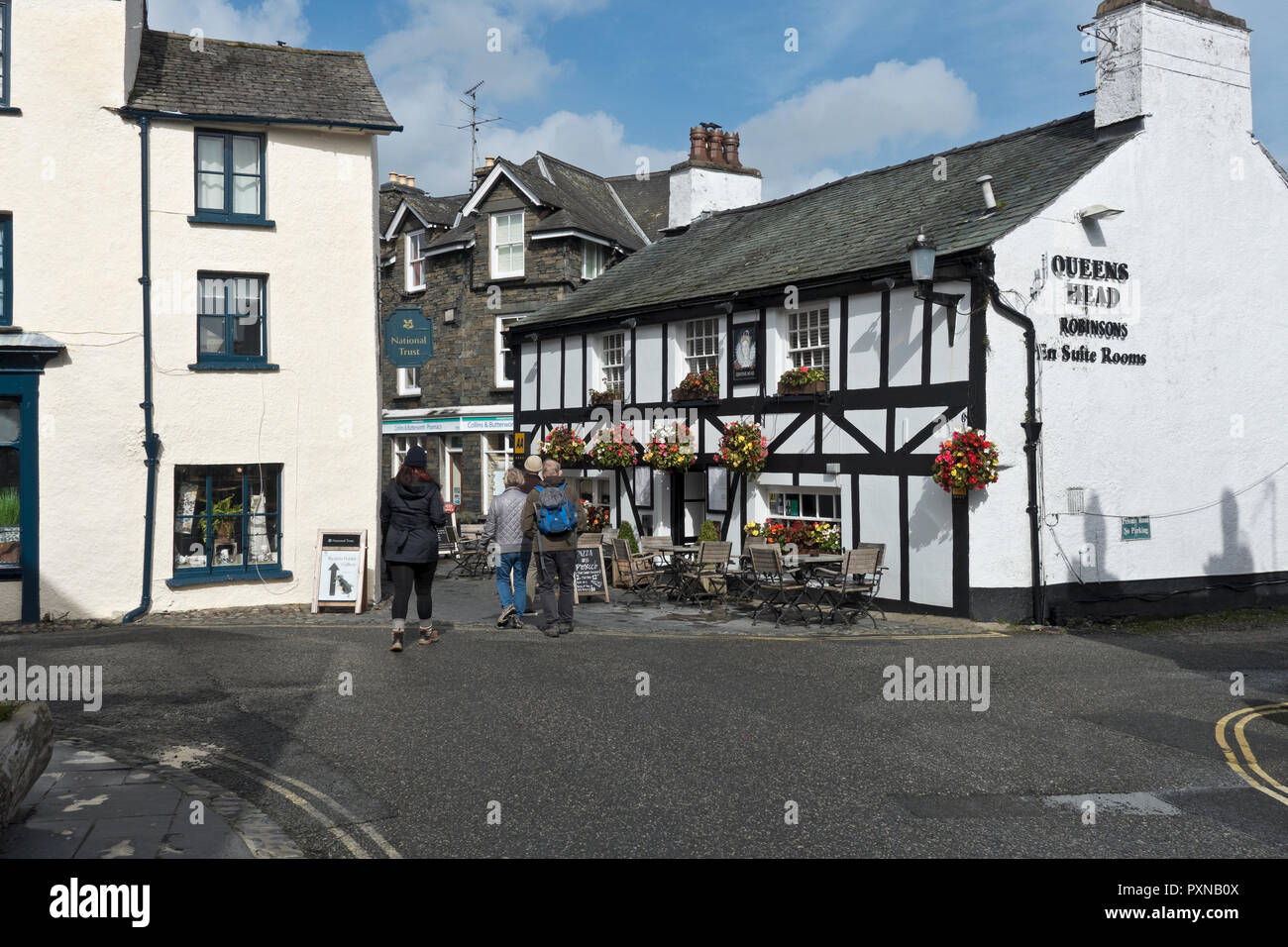 The Queens Head village pub at Hawkshead Cumbria England UK United Kingdom GB Great Britain - Stock Image