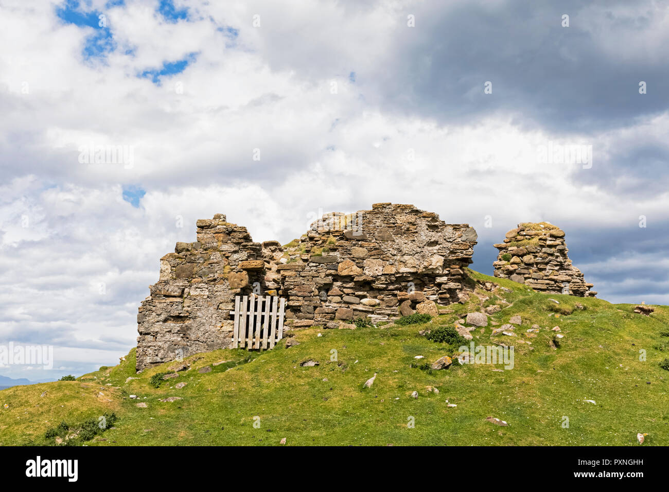UK, Scotland, Inner Hebrides, Isle of Skye, Bay, Duntulm Castle ruins - Stock Image