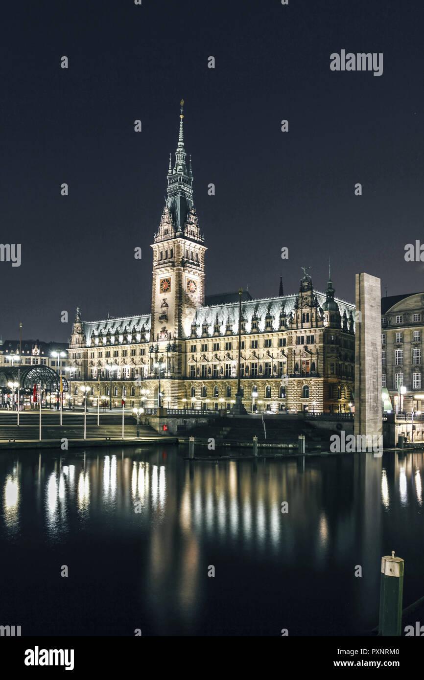 Deutschland Hamburg Rathaus Beleuchtung Alsterfleet Abend