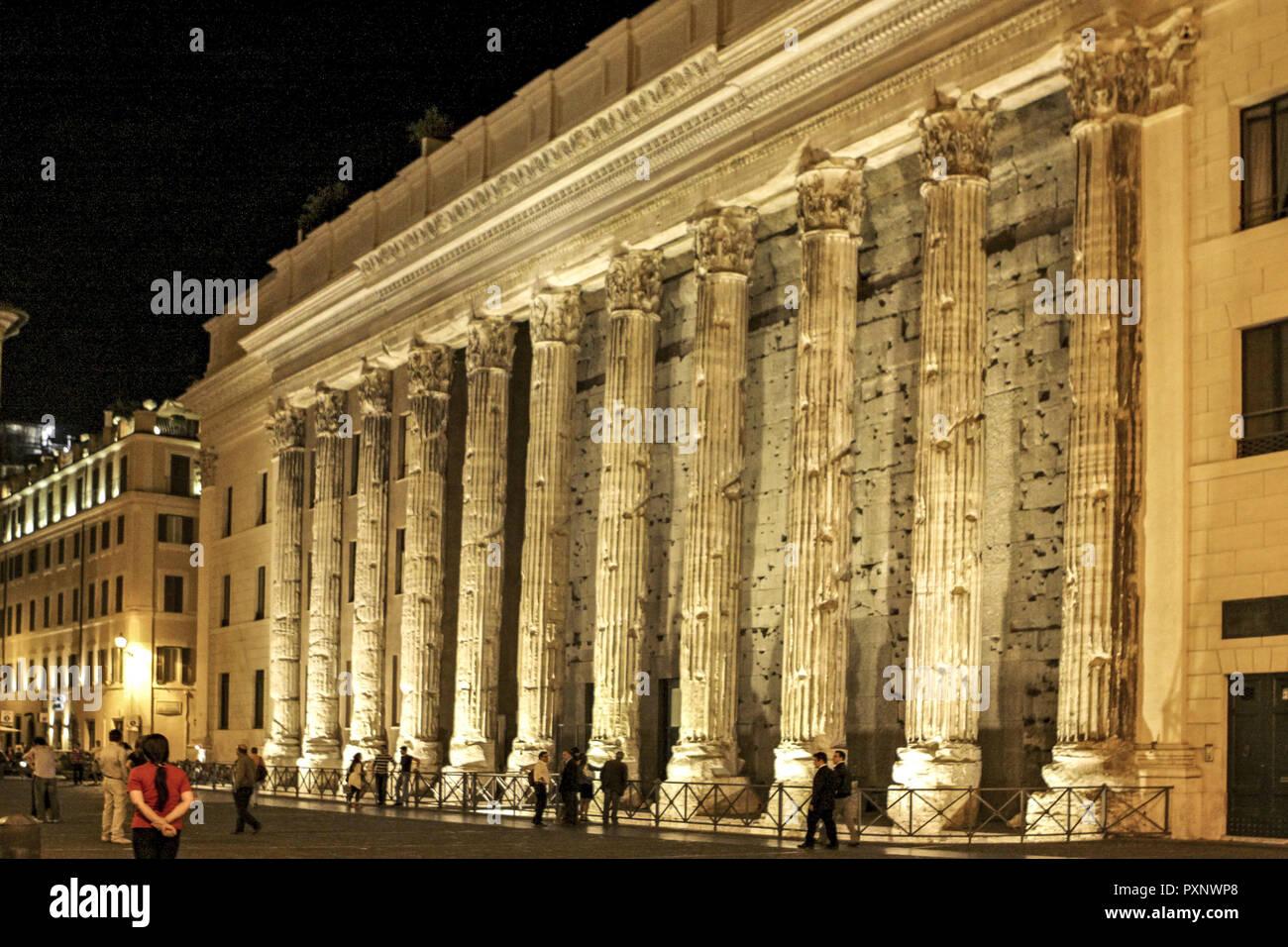Italy, Rom, Piazza di Pietra und Hadrianstempel bei Nacht - Stock Image