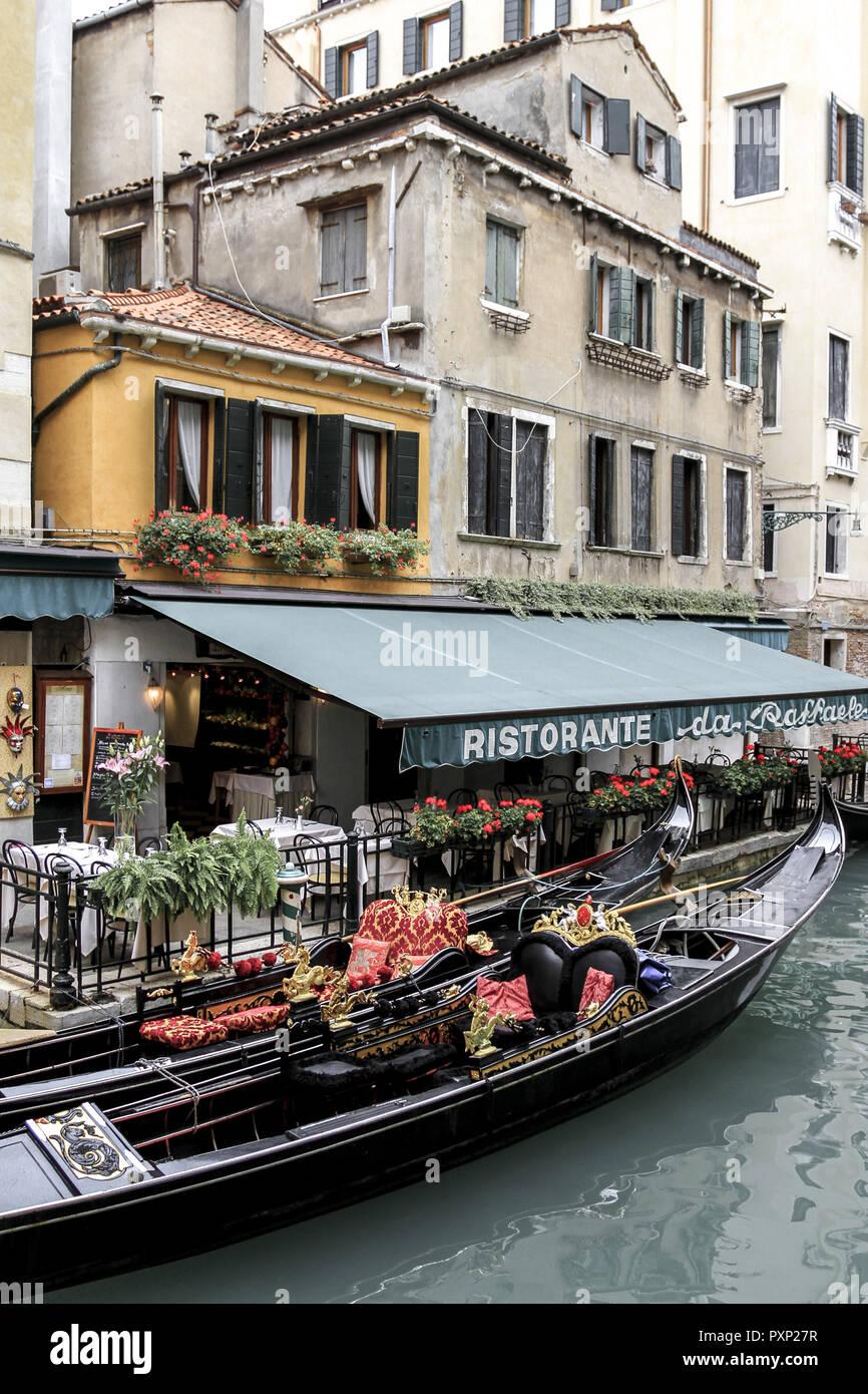 Gondeln bei einem Restaurant in Venedig, Italien - Stock Image