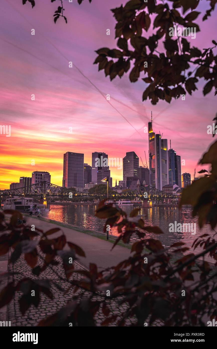 Frankfurt Skyline bei romantischer Abendstimmung - Stock Image
