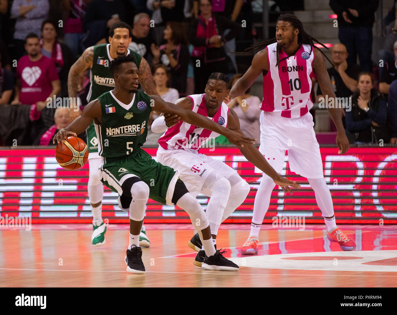 Bonn, Germany October 23 2018, Basketball, Champions League, Telekom Baskets Bonn vs Nanterre 92: Lahou Konate (Nanterre) und Yorman Polas Bartolo (Bonn) in competition.             Credit: Juergen Schwarz/Alamy Live News - Stock Image