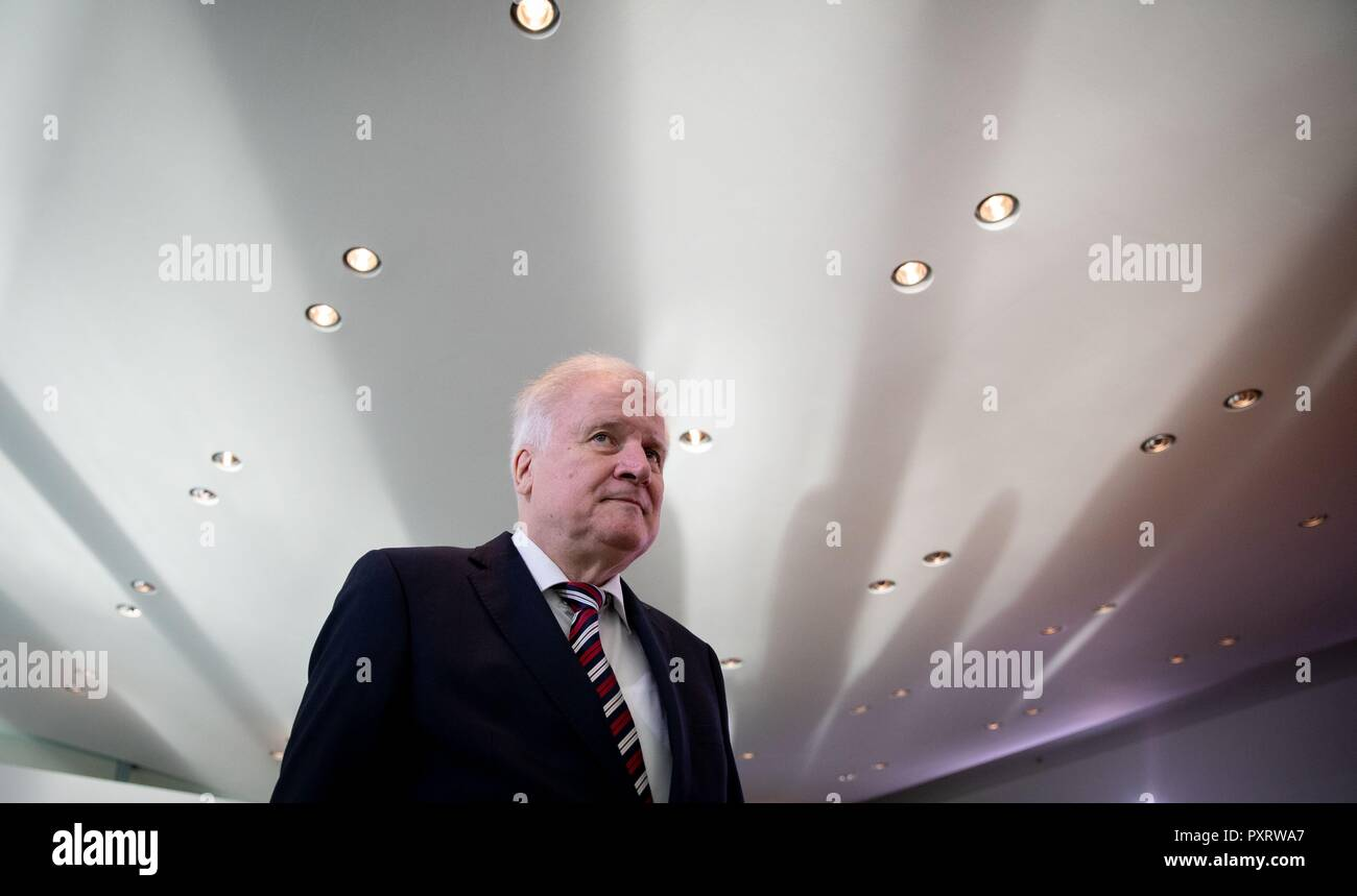 Berlin, Germany. 24th Oct, 2018. Horst Seehofer (CSU), Federal Minister of the Interior, Building and Home Affairs, will attend the Federal Cabinet meeting at the Federal Chancellery. Credit: Kay Nietfeld/dpa/Alamy Live News - Stock Image