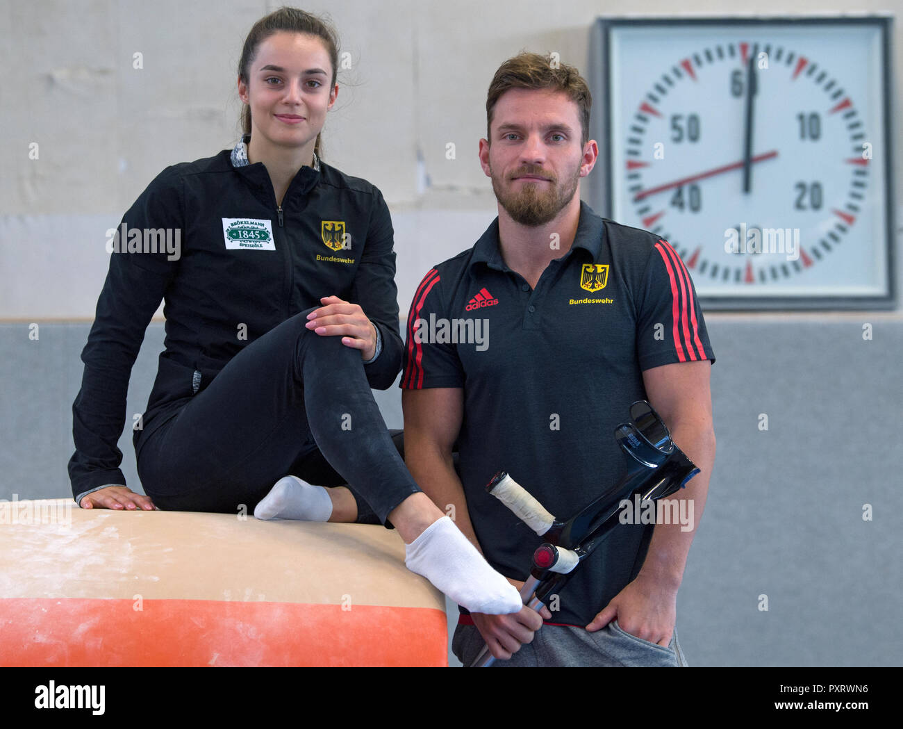 17 October 2018, Saxony, Chemnitz: Pauline Schäfer, World Champion at the balance beam and bar specialist Andreas Bretschneider in the gymnasium of the Sportforum Chemnitz. The top gymnasts from Chemnitz miss the World Championship in Doha due to injury. Schäfer is still suffering from an ankle injury. Bretschneider tore his Achilles tendon in his left foot at the German Championships in Leipzig. (to dpa-message: 'Sad pair of gymnasts: Shepherds and Bretschneider experience World Championships before TV' from 24.10.2018) Photo: Hendrik Schmidt/dpa-Zentralbild/ZB - Stock Image