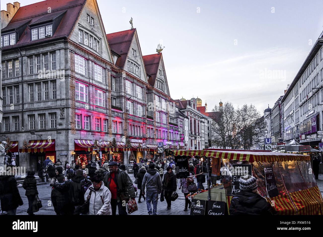Weihnachtseinkäufe, bunt beleuchtete Fassade des Kaufhauses Oberpollinger in der Neuhauserstrasse in München, Christmas shopping, colorful illuminated - Stock Image