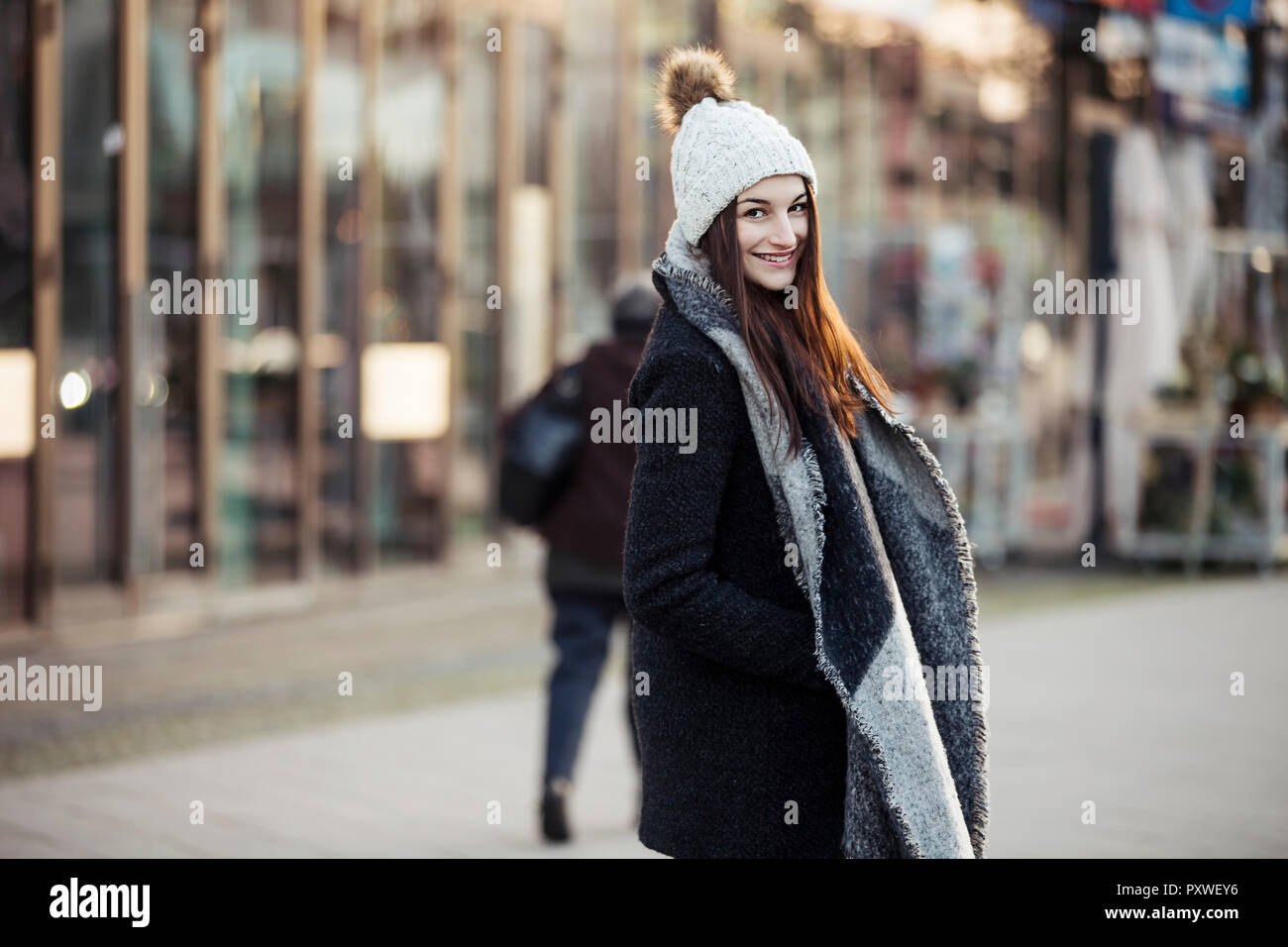 Portrait of fashionable young woman in the city - Stock Image