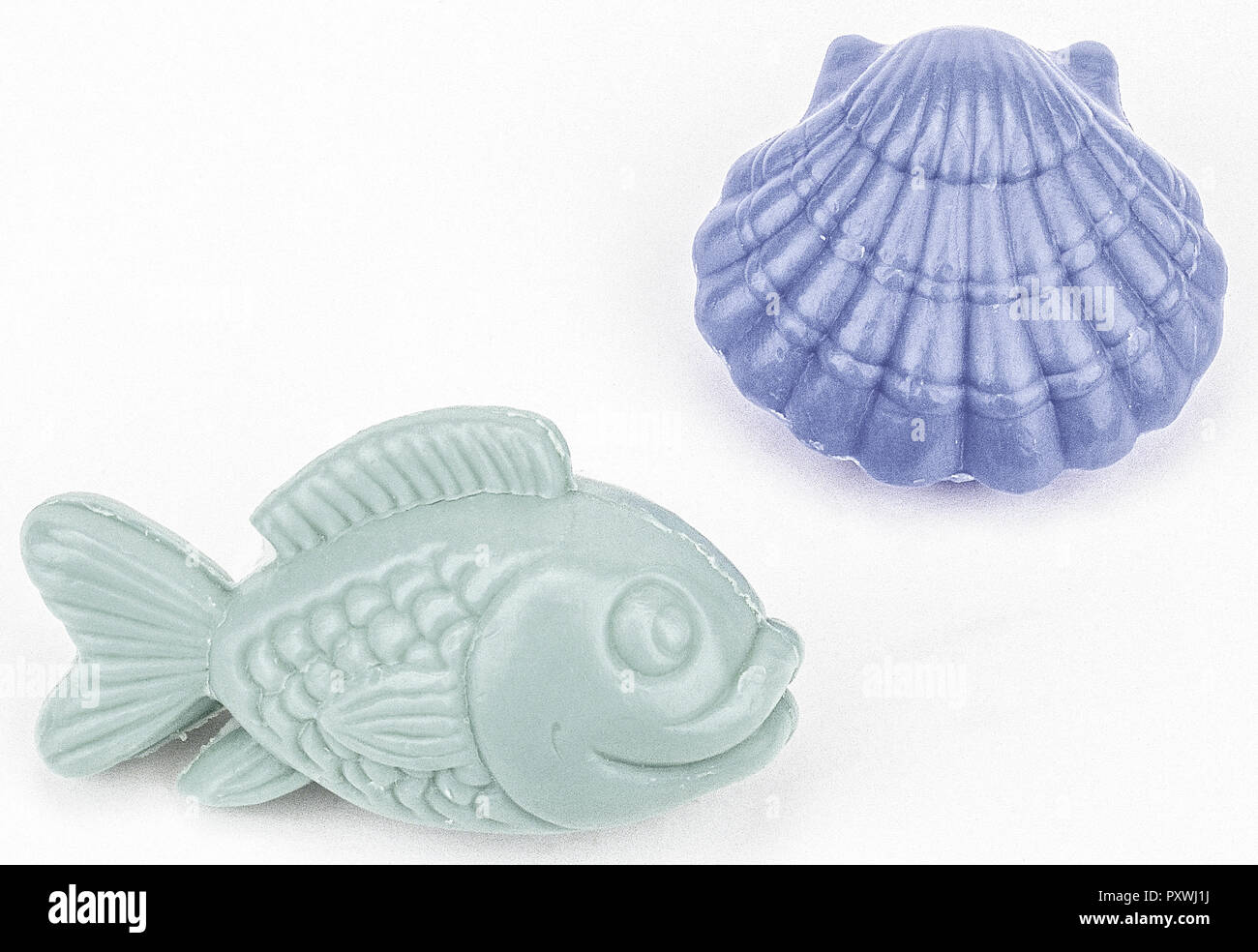 Zwei Seifenstuecke in Fisch- und Muschel-Form Stock Photo