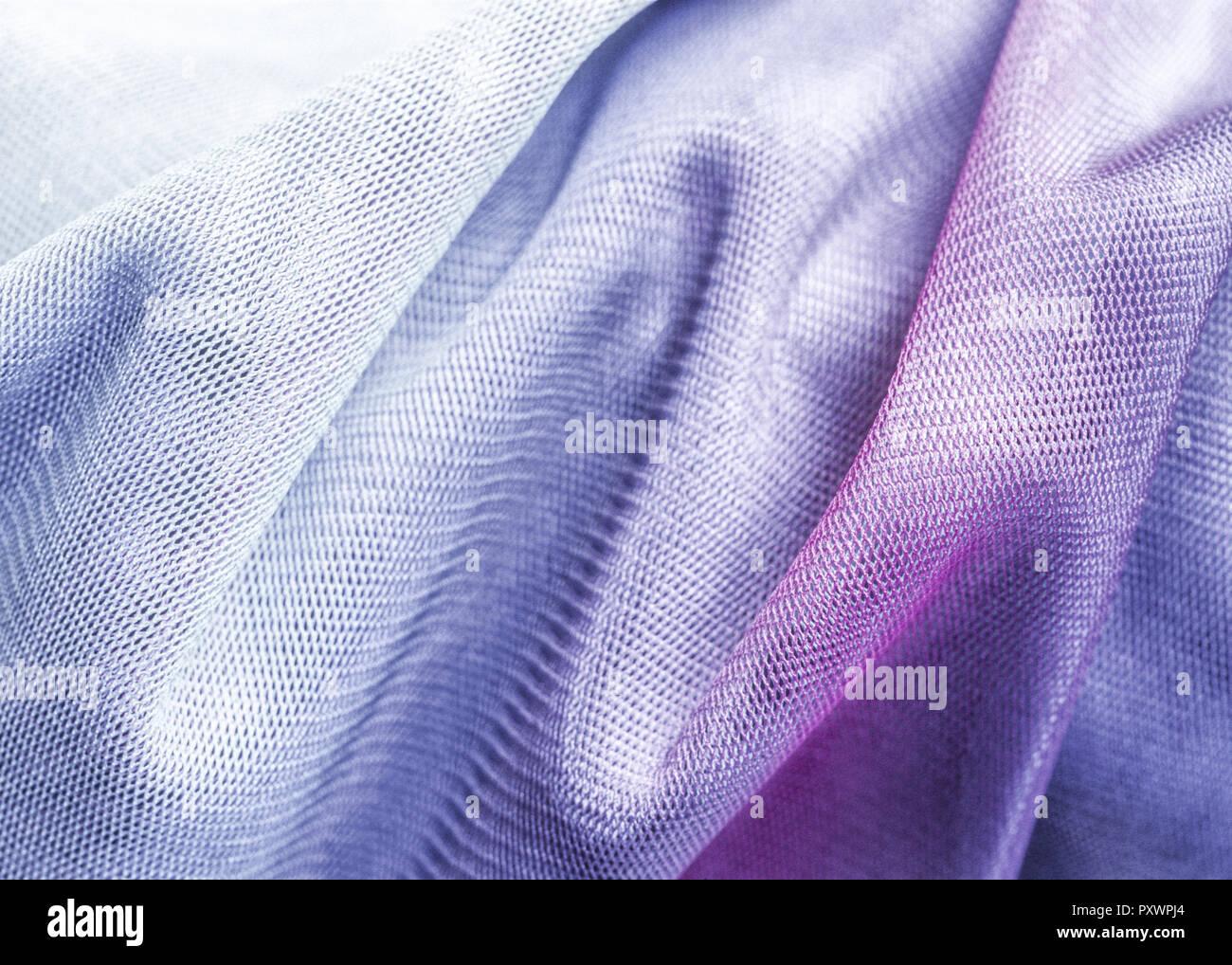 Stoff mit lila Farbverlauf mit Faltenwurf - Stock Image