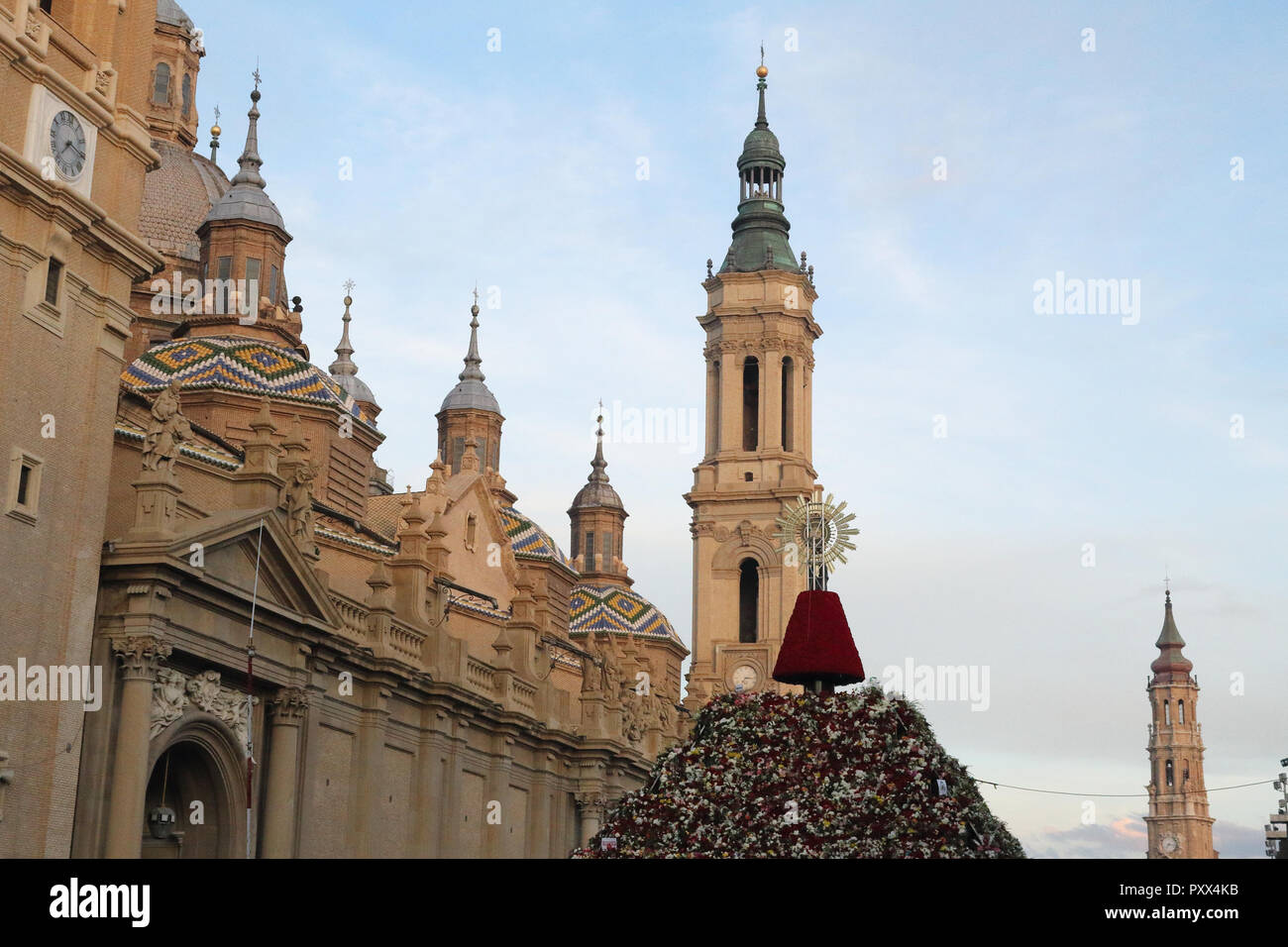 The Pilar Cathedral (Catedral del Pilar) with the flowers offering hill and relic in the Pilar Square (Plaza del Pilar) during Pilar 2018 festival - Stock Image