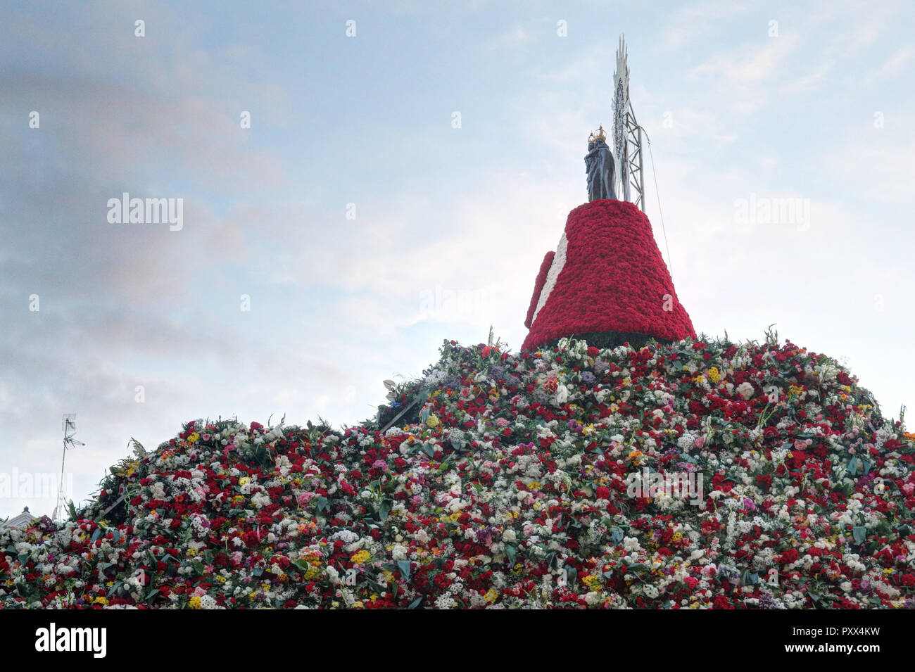 The traditional flowers offering hill and relics in the Pilar Square (Plaza del Pilar) during Pilar 2018 festival - Stock Image