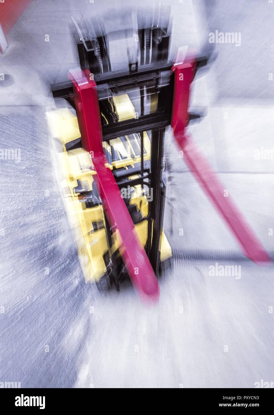 Gabelstapler in Lagerhalle, Bewegung Stock Photo