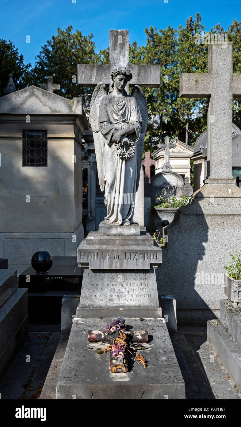 An angel stands by the Lizardi Family grave in Passy Cemetery, Paris, France. - Stock Image
