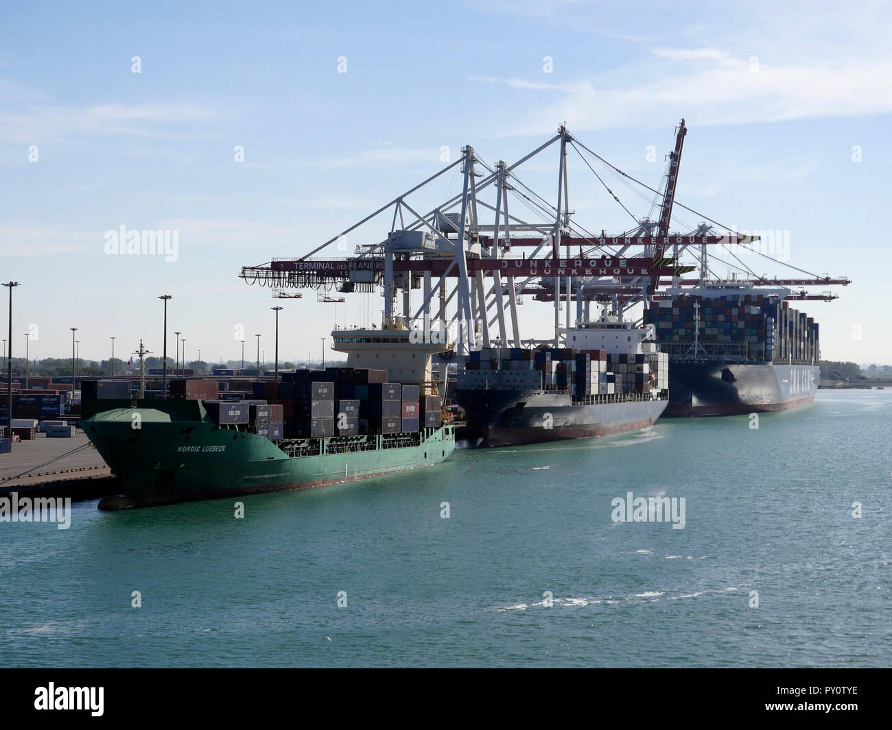 AJAXNETPHOTO. 2018. DUNKERQUE, FRANCE. - SHIPPING FREIGHT - COASTAL AND OCEAN GOING CONTAINER SHIPS LOADING AT THE TERMINAL DE FLANDRE. PHOTO:JONATHAN EASTLAND/AJAX REF:GX8 182009 871 Stock Photo