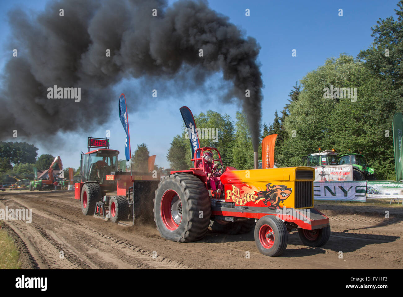 Tractor Pulling Stock Photos Tractor Pulling Stock Images Alamy