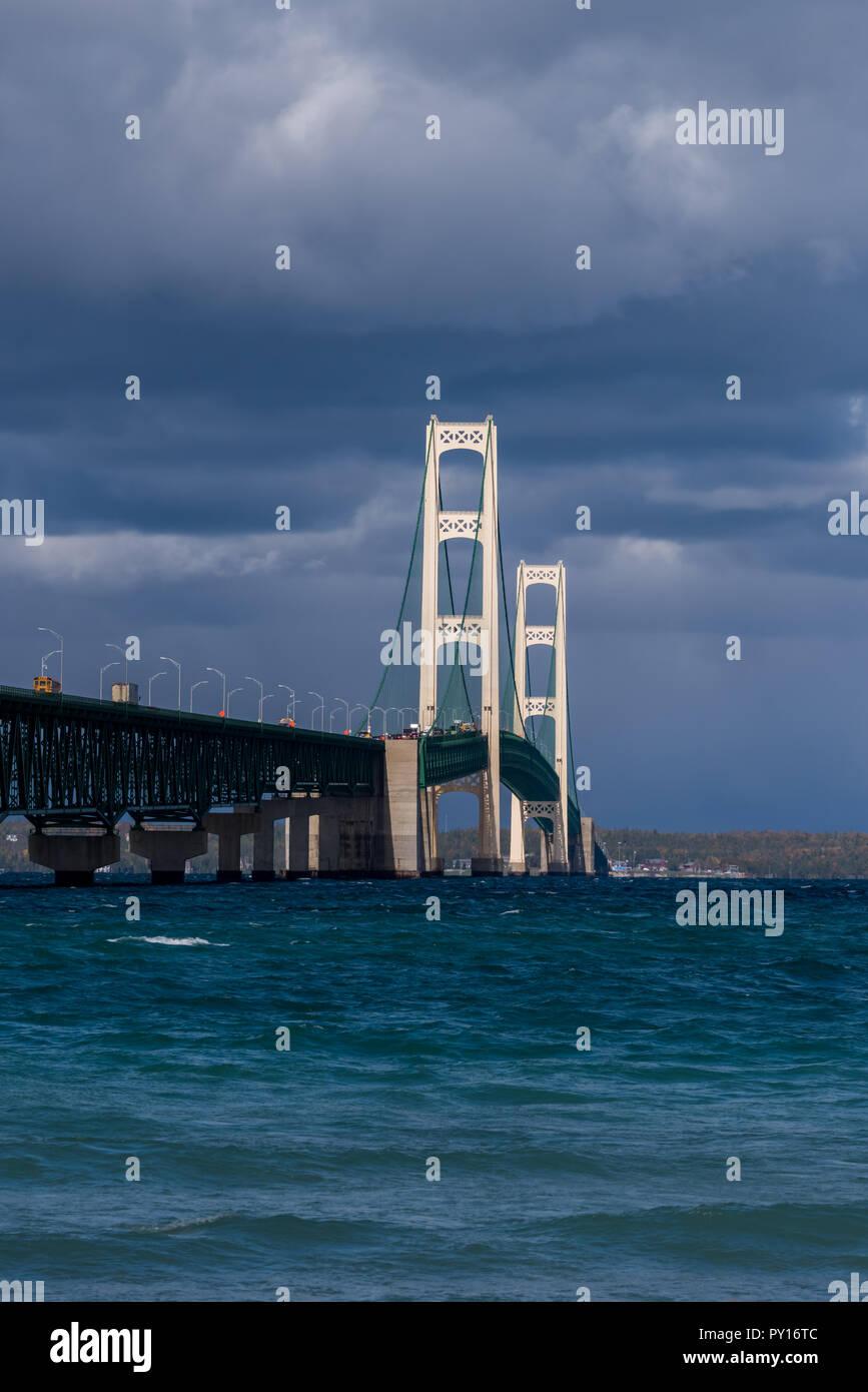 Mackinac Bridge spanning the Straits of Mackinac between the upper and lower peninsulas of Michigan, USA. - Stock Image