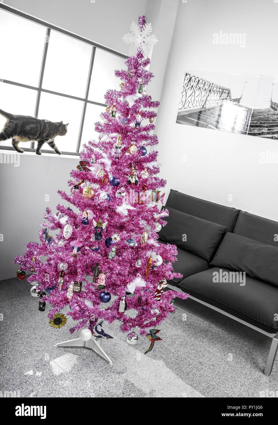 Rosa Weihnachtsbaum.Kuenstlicher Rosa Weihnachtsbaum In Grauer Wohnung Stock Photo