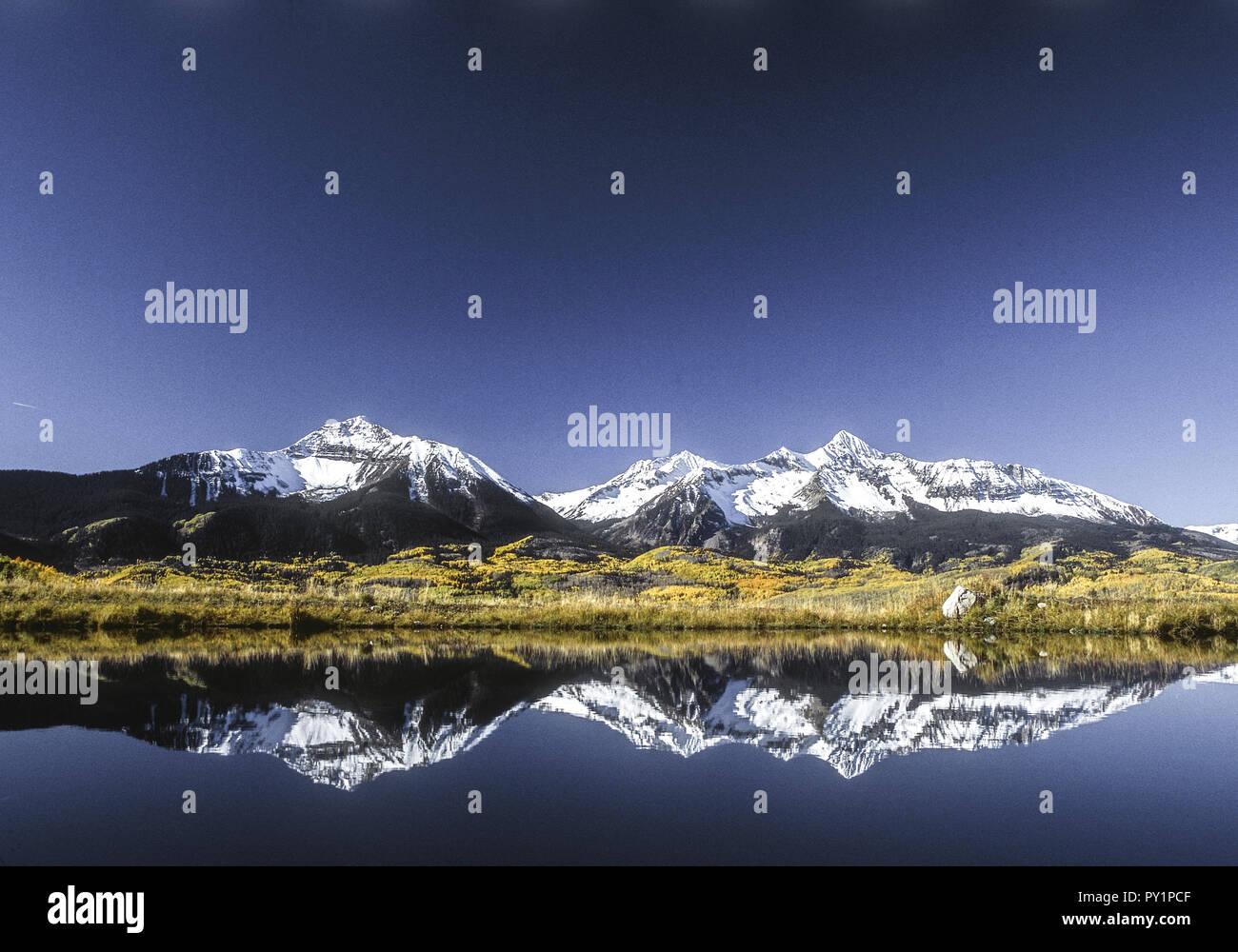 Schneebedeckte Berge spiegeln sich in See, Colorado, USA - Stock Image
