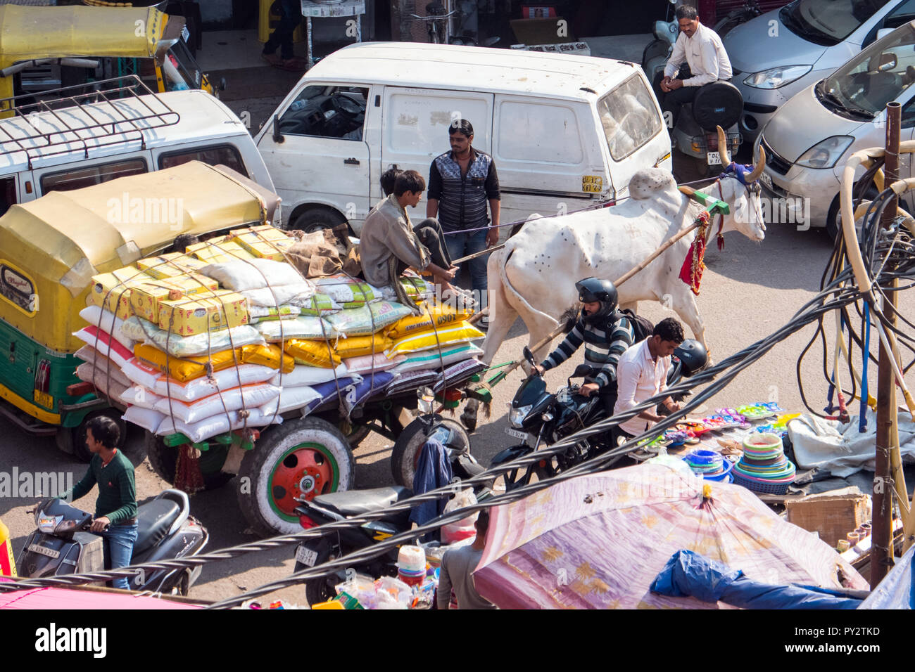 Bullock cart in typically busy Delhi street, India - Stock Image