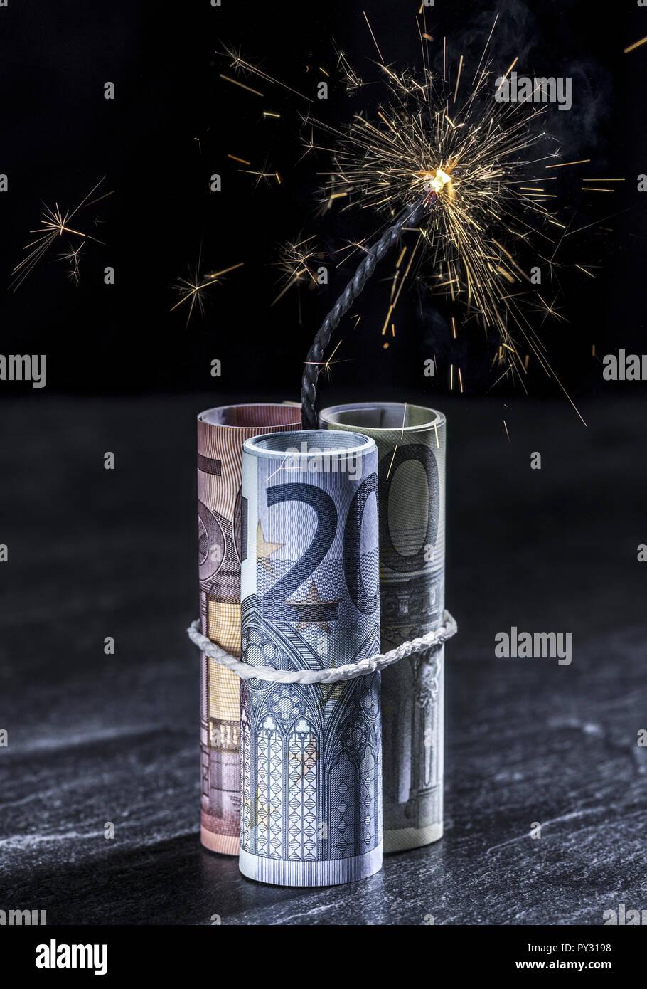 Euro-Scheine mit brennender Zuendschnur Stock Photo
