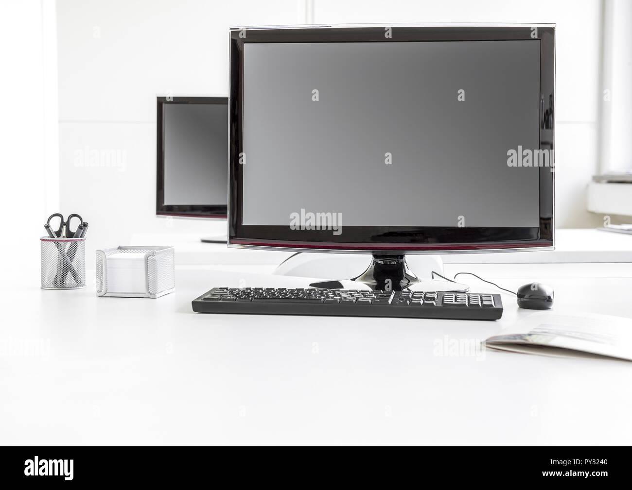 Bildschirm, Tastatur und Maus auf einem Schreibtisch - Stock Image