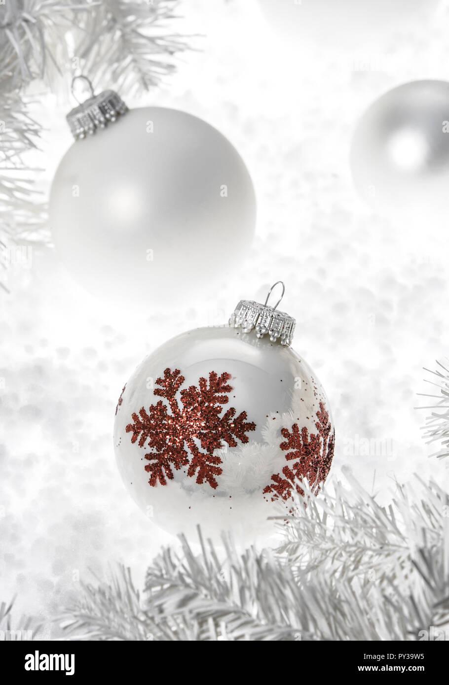 Christbaumkugeln Weiß.Weisse Christbaumkugeln Kuenstliche Weisse Tannenzweige Stock