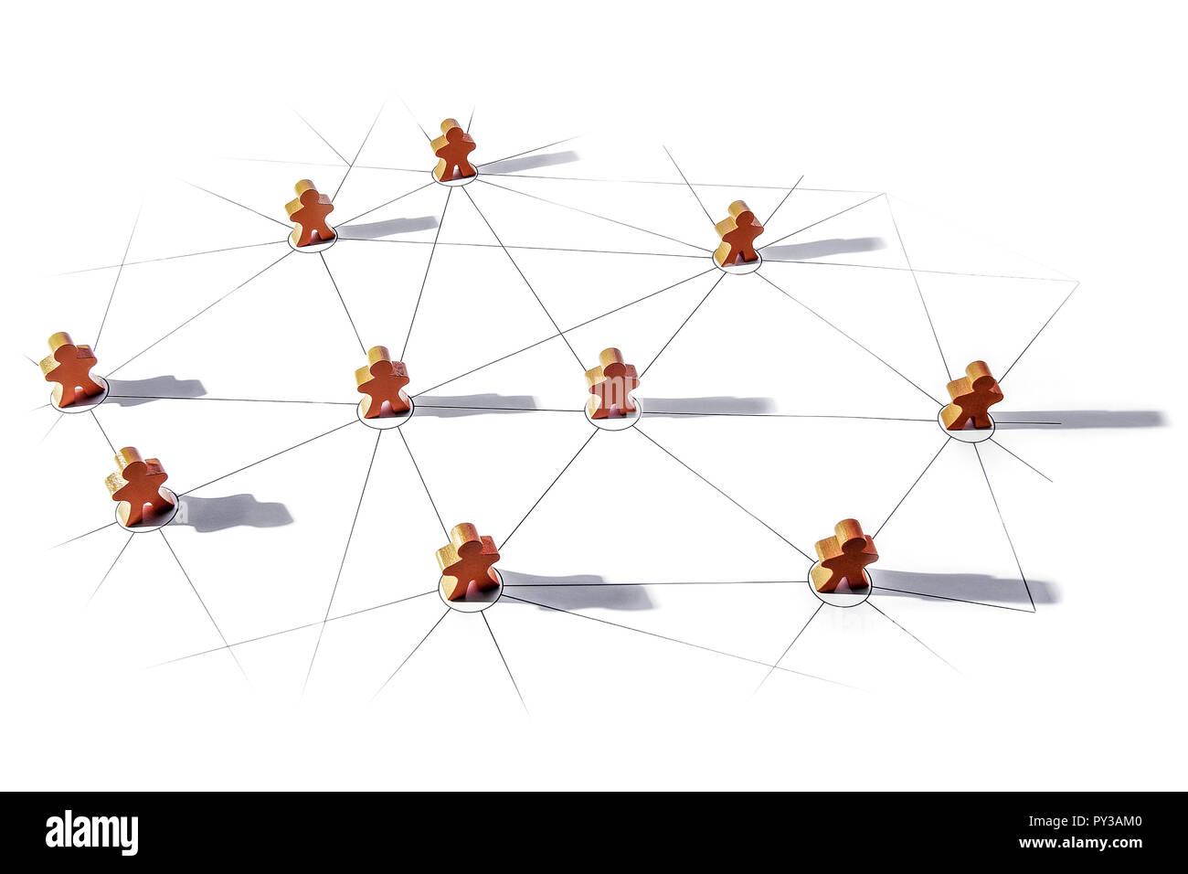 Kleine Holzfiguren stehen auf Netz aus Linien - Stock Image
