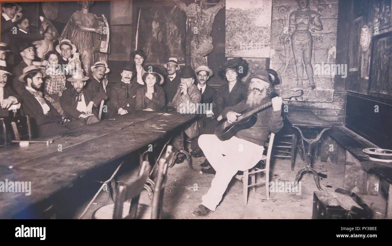 Cabaret du Lapin Agile avec les artistes écoutant le père Frédé à la guitare. - Stock Image
