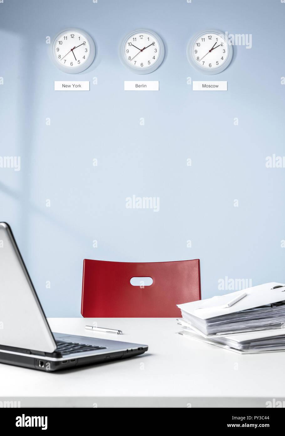 Wand mit vor Schreibtisch rotem mit Stuhl blauer LUzqSpVjMG