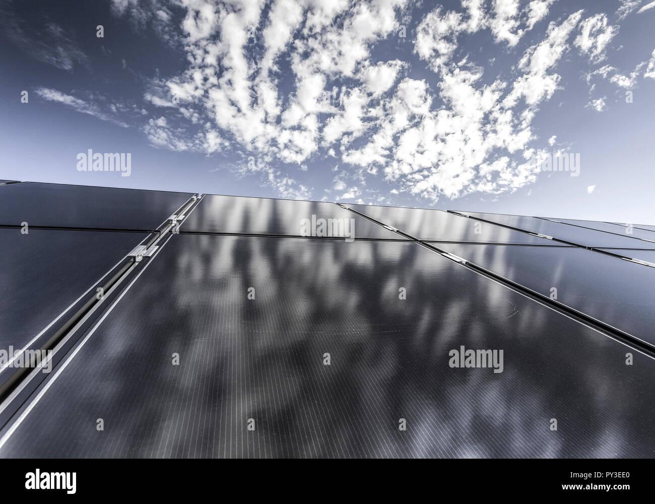 Photovoltaik Modul mit Wolkenspiegelung - Stock Image