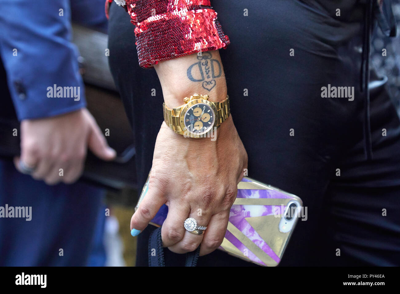04cb2e64859a6d MILAN, ITALY - SEPTEMBER 23, 2018: Woman with golden Rolex Daytona watch  before Cristiano Burani fashion show, Milan Fashion Week street style