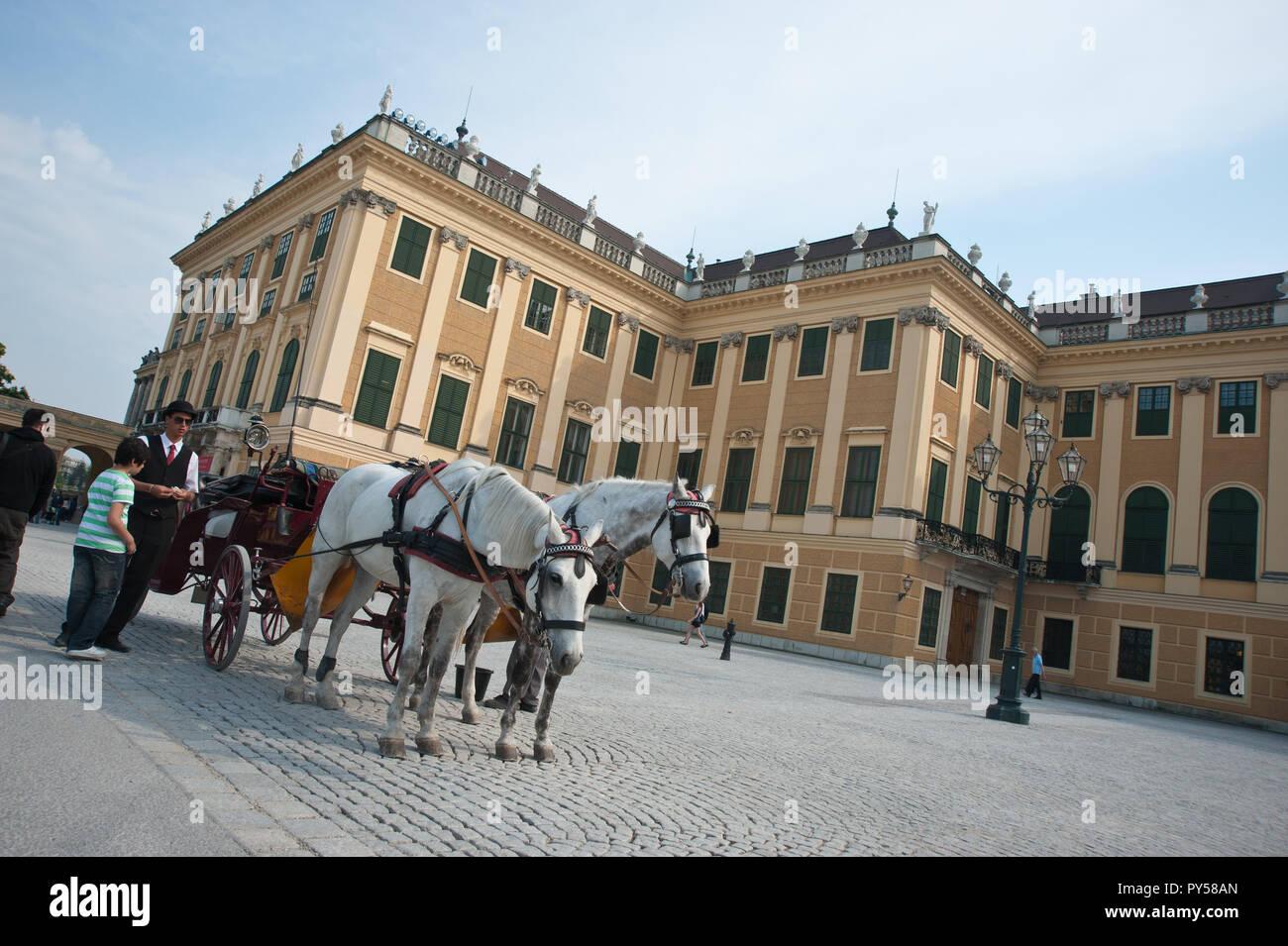 Wien, Schloß Schönbrunn, Ehrenhof, Fiaker - Vienna, Schoenbrunn Palace, Court of Honour - Stock Image