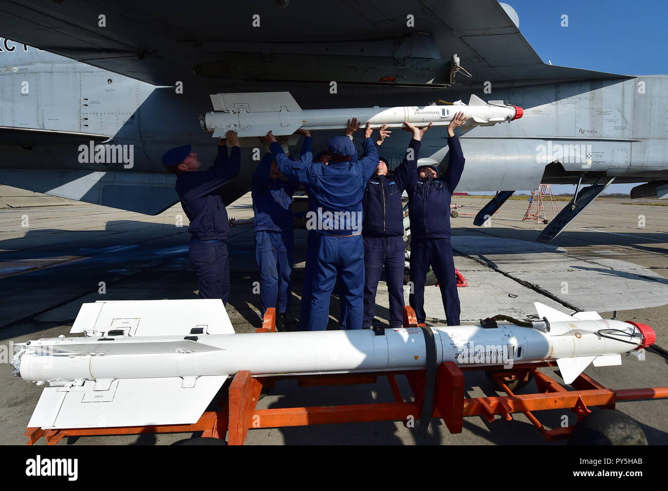 Primorye Territory, Russia. 25th Oct, 2018. PRIMORYE TERRITORY, RUSSIA - OCTOBER 25, 2018: Placing a Vympel R-73 air-to-air missile on a Mikoyan MiG-31BM interceptor aircraft before a training flight at the Tsentralnaya Uglovaya airfield. Yuri Smityuk/TASS Credit: ITAR-TASS News Agency/Alamy Live News Stock Photo