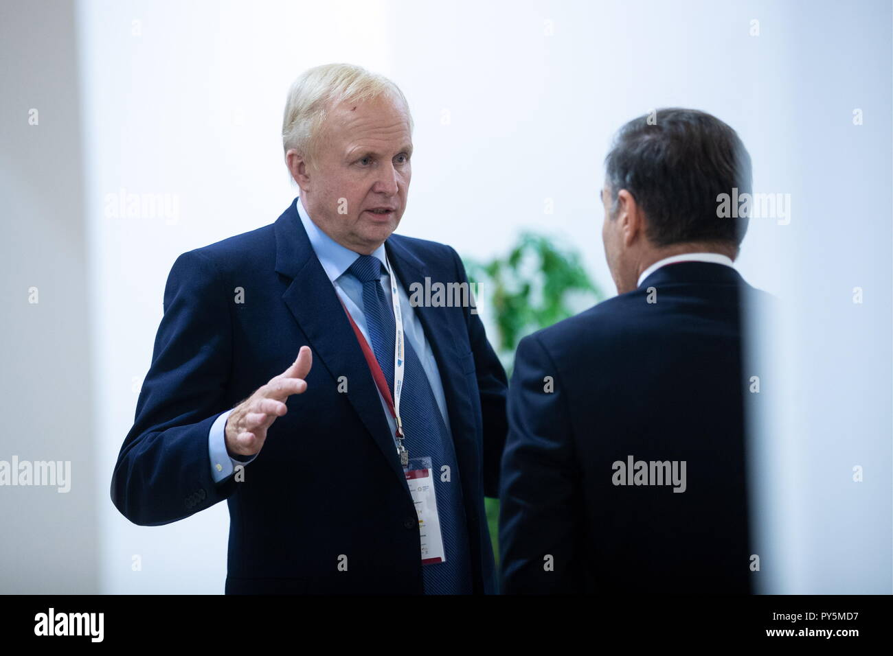 Verona, Italy. 25th Oct, 2018. VERONA, ITALY - OCTOBER 25, 2018: BP CEO Robert Dudley (L) the 11th Eurasian Economic Forum titled 'The Economy of Trust and Business Diplomacy From the Atlantic to the Pacific.' Sergei Bobylev/TASS Credit: ITAR-TASS News Agency/Alamy Live News - Stock Image