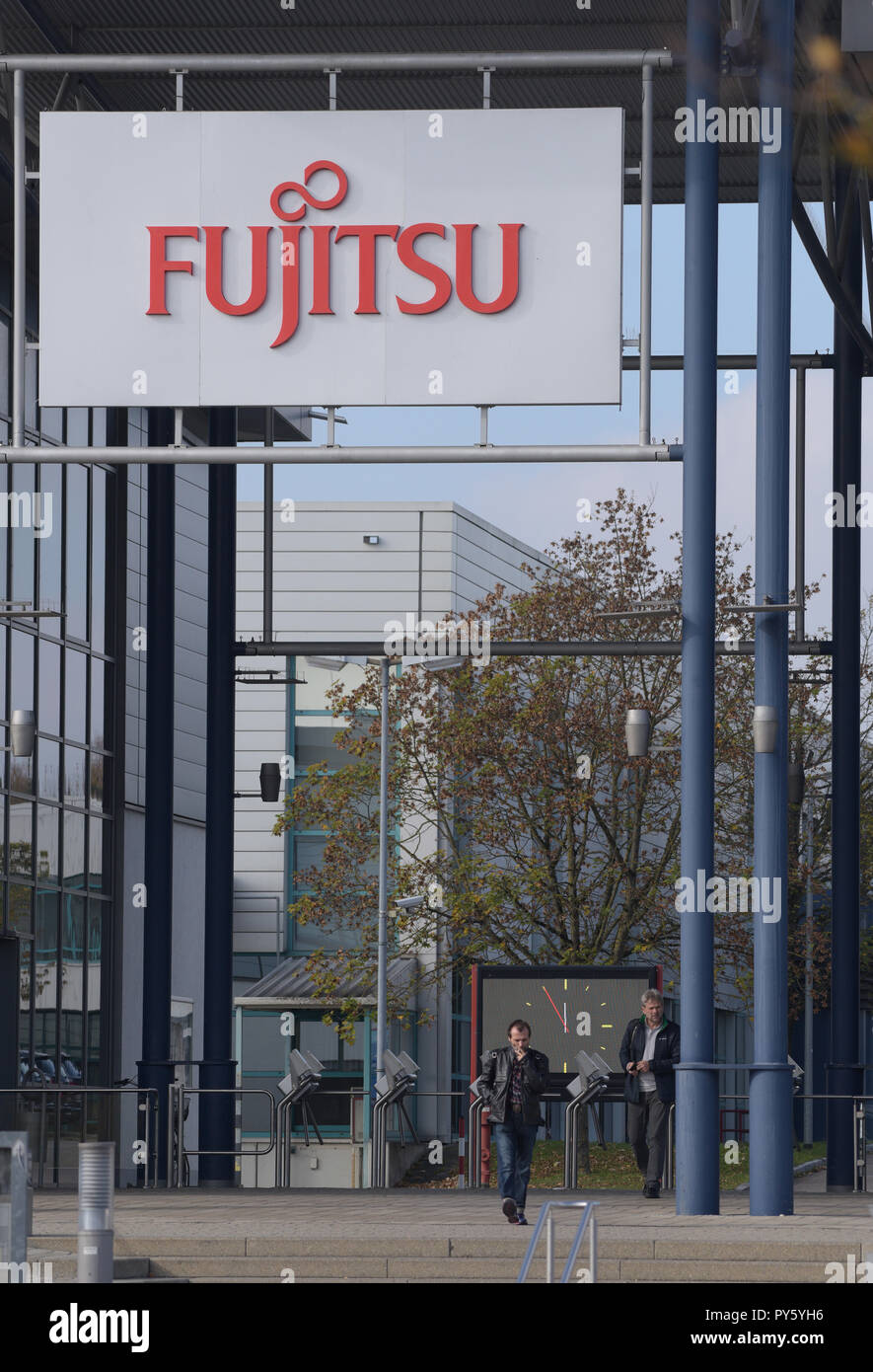 Augsburg, Germany. 26th Oct, 2018. Two men stand shortly before twelve o'clock in the entrance area of the Fujitsu movement. The Japanese computer group Fujitsu is closing its plant in Augsburg by 2020 as part of a major corporate reorganization. All 1500 Augsburg employees are affected by the closure. About 300 jobs at other German locations are also to be cut. Credit: Stefan Puchner/dpa/Alamy Live News - Stock Image