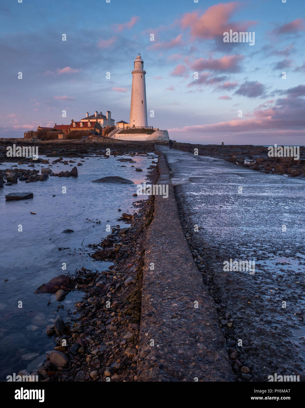 St. Mary's Lighthouse  just north of Whitley Bay on the Northumbrian coast. The small rocky tidal island is linked to the mainland by a short concrete Stock Photo