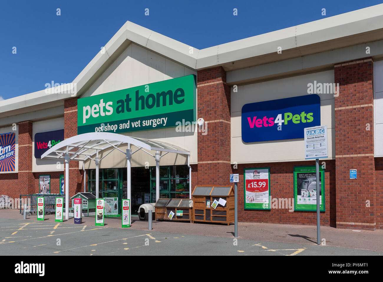 Warrington branch of Pets at Home with Vets4pets inside - Stock Image
