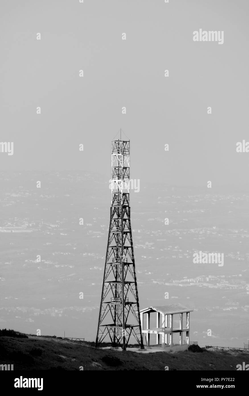 Structural analogy between antenna and building - Stock Image