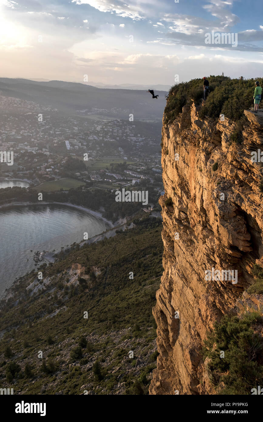 Cassis (south-eastern France): BASE jumping from the red cliffs of the ÒCap CanailleÓ headland (363m) at sunset *** Local Caption *** - Stock Image