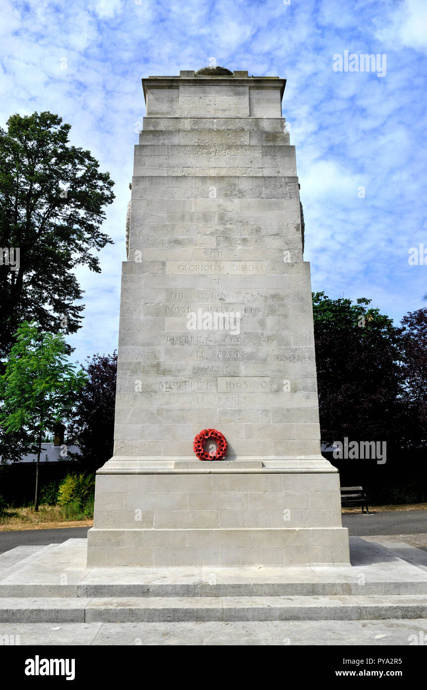 Maidstone, Kent, England, UK. Poppy wreath on the war memorial in Brenchley Gardens to the Queens Own Royal West Kent Regiment - Stock Image