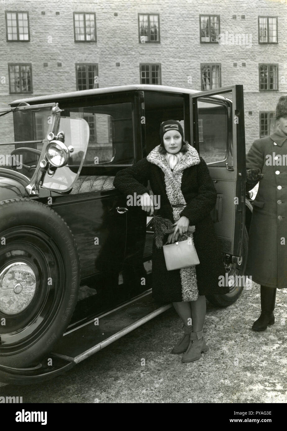 Swedish actress Greta Garbo. 1905-1990. Swedish actress with her glory days during the 1920s and 1930s. She retired from the screen at the age of 35 after acting in 28 films. Pictured here when on vacation in Stockholm 1935 and poses for the photographer half way in a taxi cab. - Stock Image